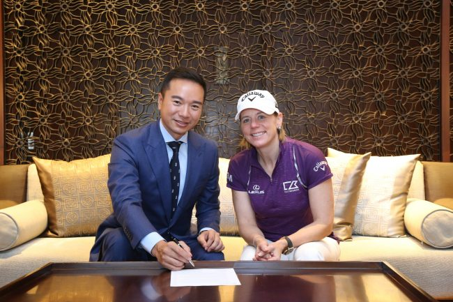 [Shenzhen, China – 8th March 2019] Witnessed by golfing legend Annika Sorenstam, Tenniel Chu (left), Vice Chairman of the Mission Hills Group signs a 'Women in Golf Charter' which pledges a continued commitment by the world's largest golf facility to supporting women's golf in China.